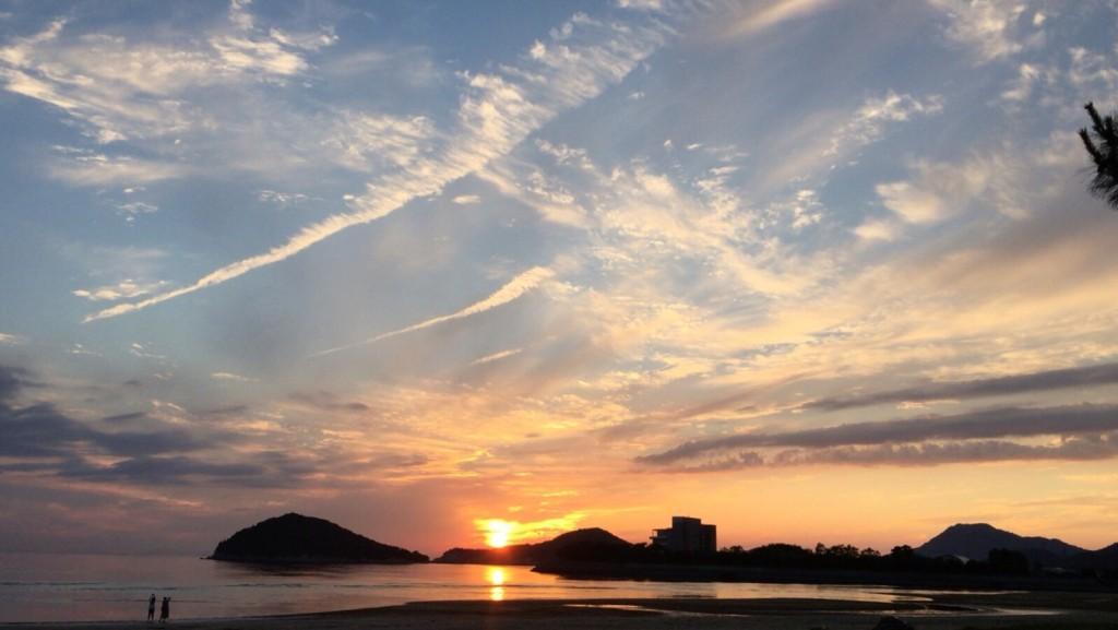 開始直前にも関わらず、目の前の海岸で撮った夕日。とてもきれいでした。
