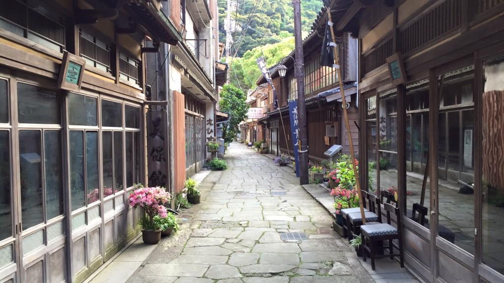 江戸時代に北前船の宿場街として積荷を降ろす時に敷き詰められた石畳が美しい。