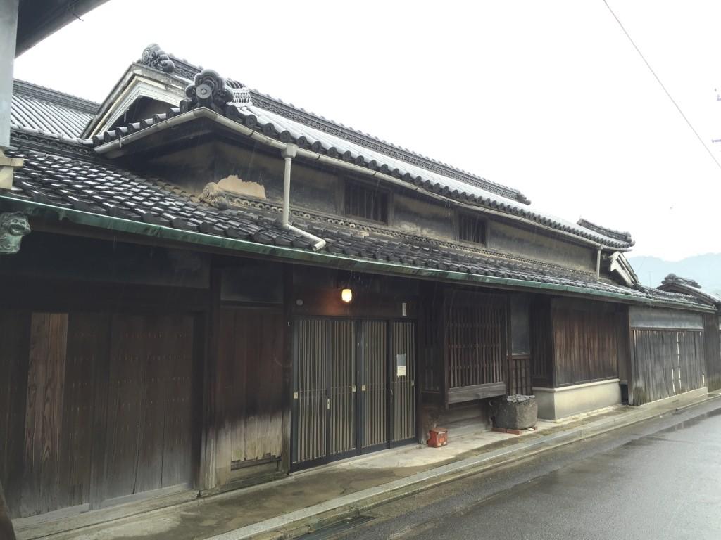 通り沿いから見た松賀屋の外観。