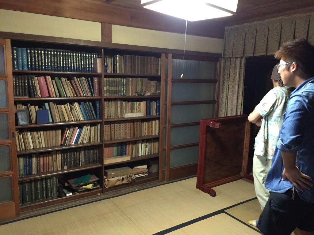 引き戸をあけると本棚が出現。見たこともない珍しい本がずらり!!