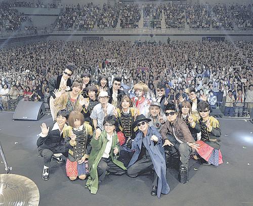 気志團終了後の記念撮影。真ん中のチャゲ&アスカのコスプレでABE&OKUDAのYAH‐YAH‐YAMAGATAはおもしろすぎた!